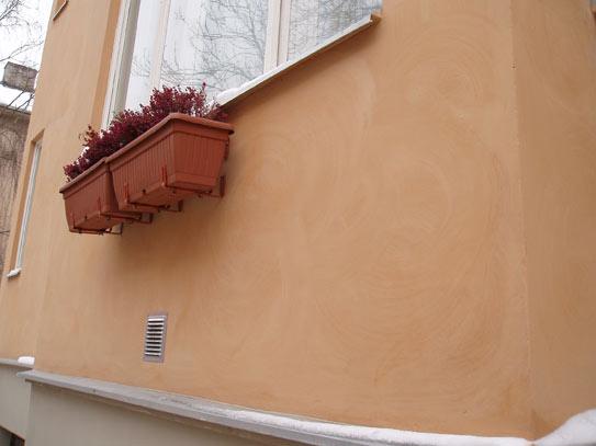 Liivavärviga värvitud hoone fassaad